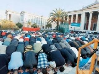 Афины. Мусульмане греческой столицы пока что молятся вот так.