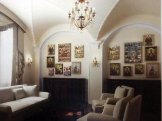«В комнате сделана система вентиляции с особым микроклиматом, для дорогих икон и книг. Куча настроек влажности, температуры и всего такого»