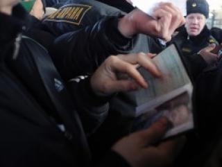 Проверка документов. Фото: ИТАР-ТАСС