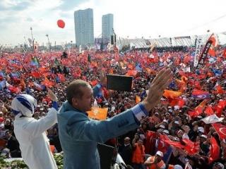 Эрдоган со своей супругой во время митинга в Стамбуле