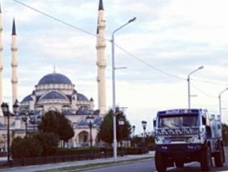 Подарок из Татарстана около мечети «Сердце Чечни» в Грозном