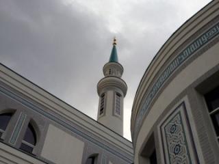 При центре имеется мечеть «Ярдэм»
