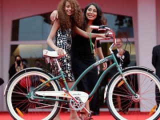 На снимке (слева направо): Ваад Мохаммад, исполнительница главной роли Ваджды, велосипед, сыгравший в фильме самого себя и режиссер Хайфаа аль-Мансур на «красной дорожке» венецианского кинофестиваля