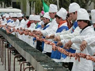 В Казани приготовят самый длинный в истории шашлык