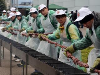 Сиротам приготовили 180-метровый халяльный шашлык