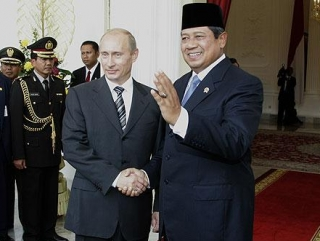 Владимир Путин с президентом Индонезии Юдойоно