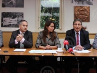 Лидер «Турецкого рабочего союза в Нидерландах» Мустафа Айранджи с адвокатами на пресс-конференции