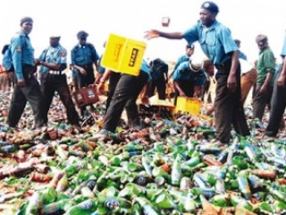 Шариатские полицейские уничтожают пиво в Нигерии