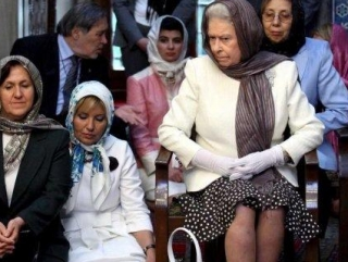 Британская королева Елизавета II в хиджабе. Дань уважения не только мусульманам, которых она посетила в этот момент, но и памяти предков