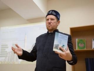 Ильдар Баязитов презентует свою книгу. Фото: ДУМ РТ
