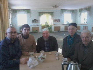 Имам Евгений Савельев (второй слева) нашел с татарами общий язык