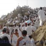 Паломники на горе Ар-Ррахма на Арафате