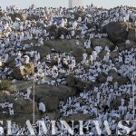 Паломники молятся на склоне Горы Арафат