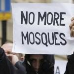 """На плакате: """"Нет больше мечетям"""""""
