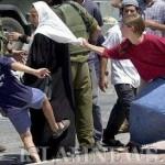 Еврейские поселенцы нападают на палестинскую женщину