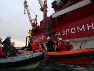 Активисты Greenpeace около нефтедобывающей платформы «Приразломная» в Печорском море (фото: Greenpeace)