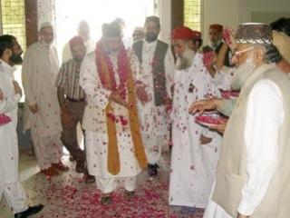 Наставники индо-пакистанского тариката чишти посещают кораническую выставку в Лахоре (Пакистан)