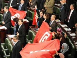 После принятия проекта конституции члены парламента развернули флаги страны (фото: AFP)