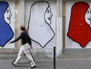 Хиджаб в национальных французских цветах не спасет от исламофобии