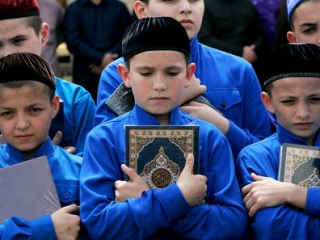 Учащиеся школ хафизов и богословы 1986 раз прочитали Коран