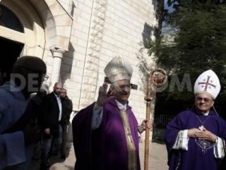 Архиепископ арабских католиков во время посещения Дейр аль-Латин