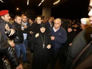 Монахинь встречают на ливано-сирийской границе (Фото: AFP)