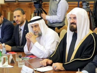 Секретарь Международного совета мусульманских ученых шейх Али аль-Карадаги (крайний справа) на конференции в Дагестане