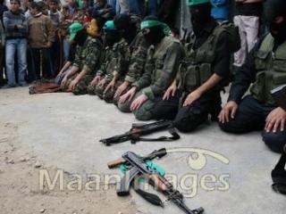 Бойцы «бригад Эззетдина аль-Касама», совершающие намаз