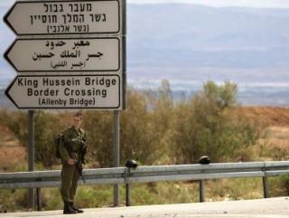 Израильский солдат у въезда на КПП Мост Алленби