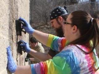 Волонтеры-немусульмане отчищают стены мечети