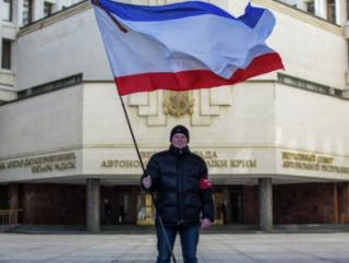 Крымчанин с флагом нового субъекта Российской Федерации - Республики Крым.