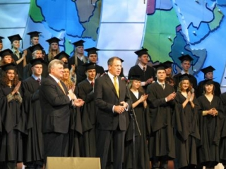 Глава МИД РФ Сергей Лавров в окружении учащихся МГИМО