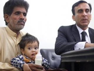 Суд снял обвинения в убийстве полицейского… с младенца