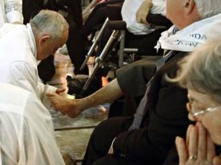 Папа Франциск омывает ноги инвалидам