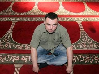 Полиция нагрянула в мечеть с рейдом, десятки людей задержаны