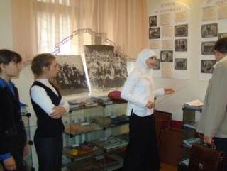 Нурия Бибарсова проводит лекцию в школьном музее