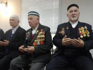 Ветераны-мусульмане пришли на пятничный намаз с орденами