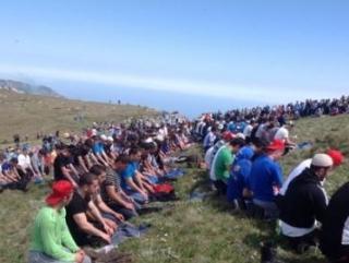 Жертв депортации почтили массовым восхождением на Чатыр-Даг