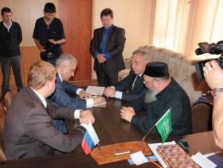 Первый заместитель председателя Правительства Ставропольского края Ю.А. Скворцов подписывает документ о передачи земли под мечеть