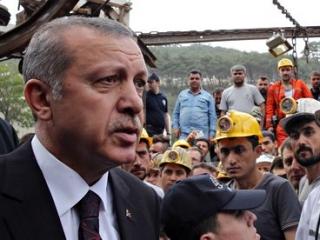 Эрдоган во время посещения места аварии в провинции Маниса