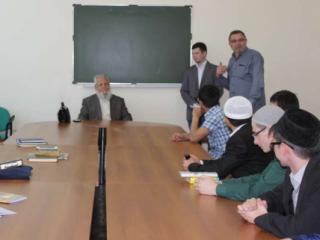 Аль-Баянуни во время встречи со студентами