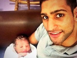 Амир Хан показал новорожденную дочь