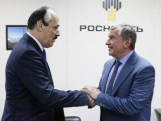 Рамазан Абдулатипов и Игорь Сечин (Фото: пресс-служба главы РД)