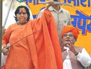 Министр Ума Бхарти, размахивающая мечом на ралли националистов