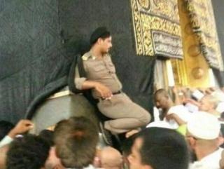Полицейский у Каабы возмутил губернатора Мекки