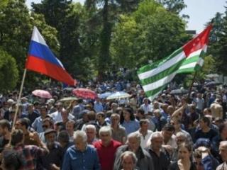 Сурков и Нургалиев пытаются урегулировать конфликт в Абхазии