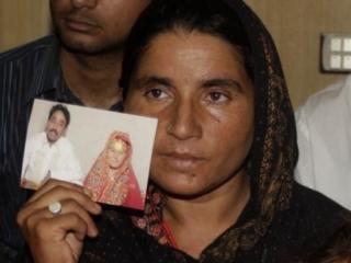 Свадебная фотография убитой в руках ее сестры