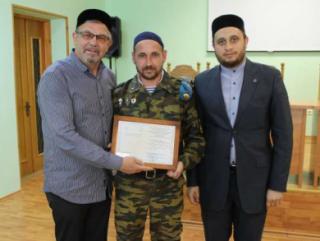 Ректор РИИ Рафик Мухаметшин (слева) с полковым имамом Рушаном Хузиным (в центре)