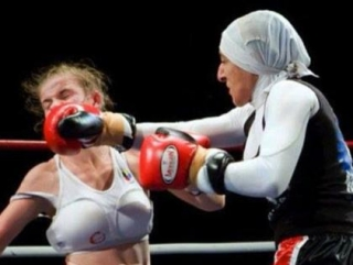 Кэрол Эрл с соперницей