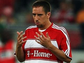 Биляль Рибери возносит молитву на футбольном поле